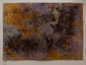 Prozesskunst mit Erdpartikeln, Gouache und Pastellölkreide